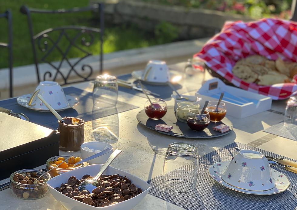 Petit-déjeuner servi en terrasse- Chambres d'hôtes Tourisme Deux-Sèvres Marais Poitevin
